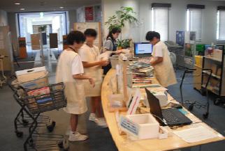 小学生・中学生が職場体験をしている写真・1