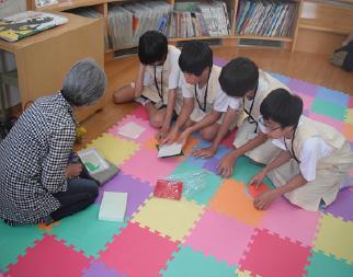 小学生・中学生が職場体験をしている写真・3