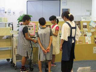 小学生・中学生が職場体験をしている写真・6